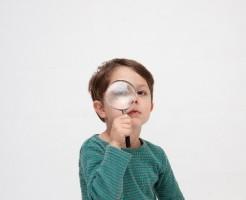 子どもと虫眼鏡